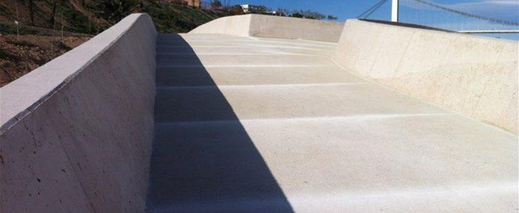 Hormigón blanco sobre puente del río Vinalopó en Elche (Alicante)