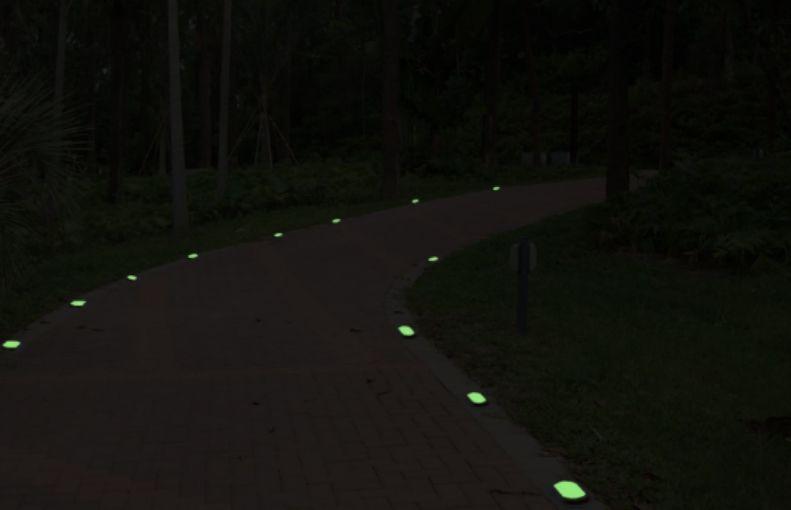 Piezas luminiscentes para señalar una senda con poca luz